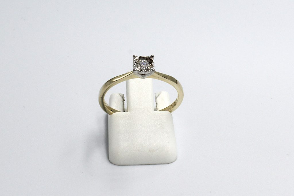 front view of a gold and and diamond illusion ring